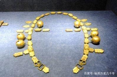 Thu thập chiếc hũ đầy bùn đất từ người dân, chuyên gia đứng tim khi mở nắp: 20 cân vàng ròng bên trong! - Ảnh 2.