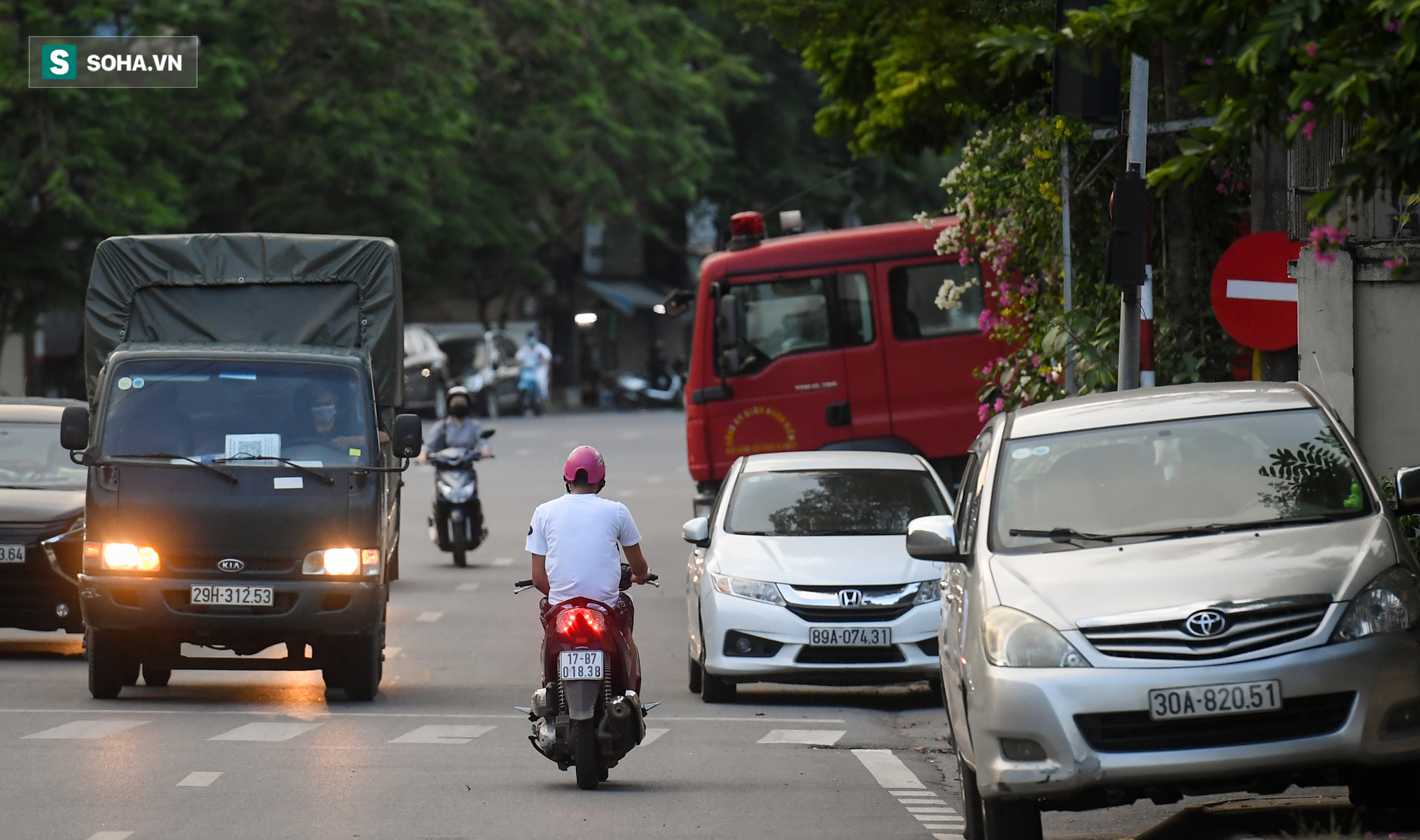 Ra đường mùa dịch: Nhiều người ở Hà Nội nhớ khẩu trang nhưng quên luật giao thông - Ảnh 8.