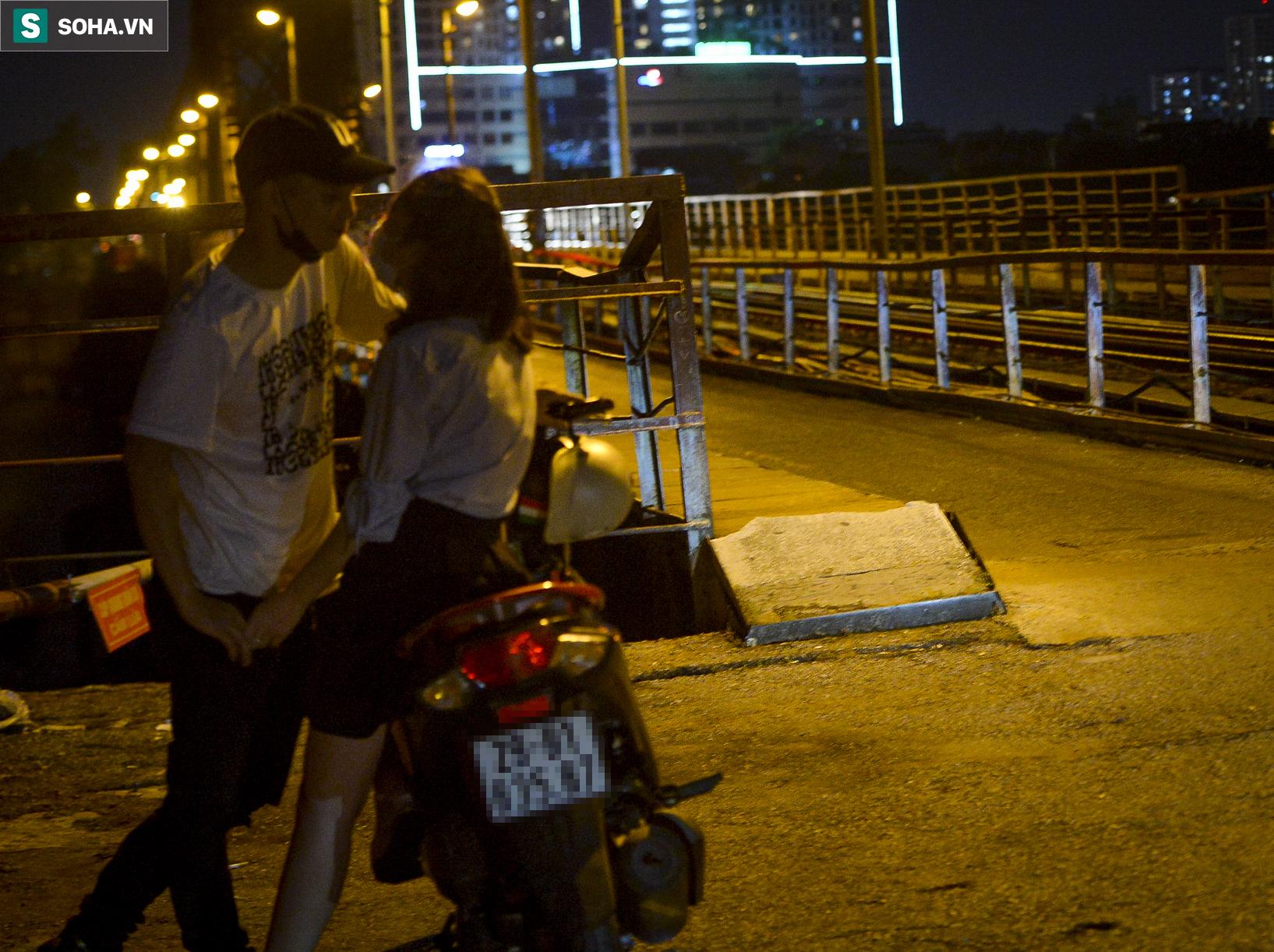 Hà Nội: Nam thanh nữ tú thản nhiên lên cầu Long Biên tâm sự, chụp ảnh, hóng mát bất chấp giãn cách xã hội - Ảnh 12.