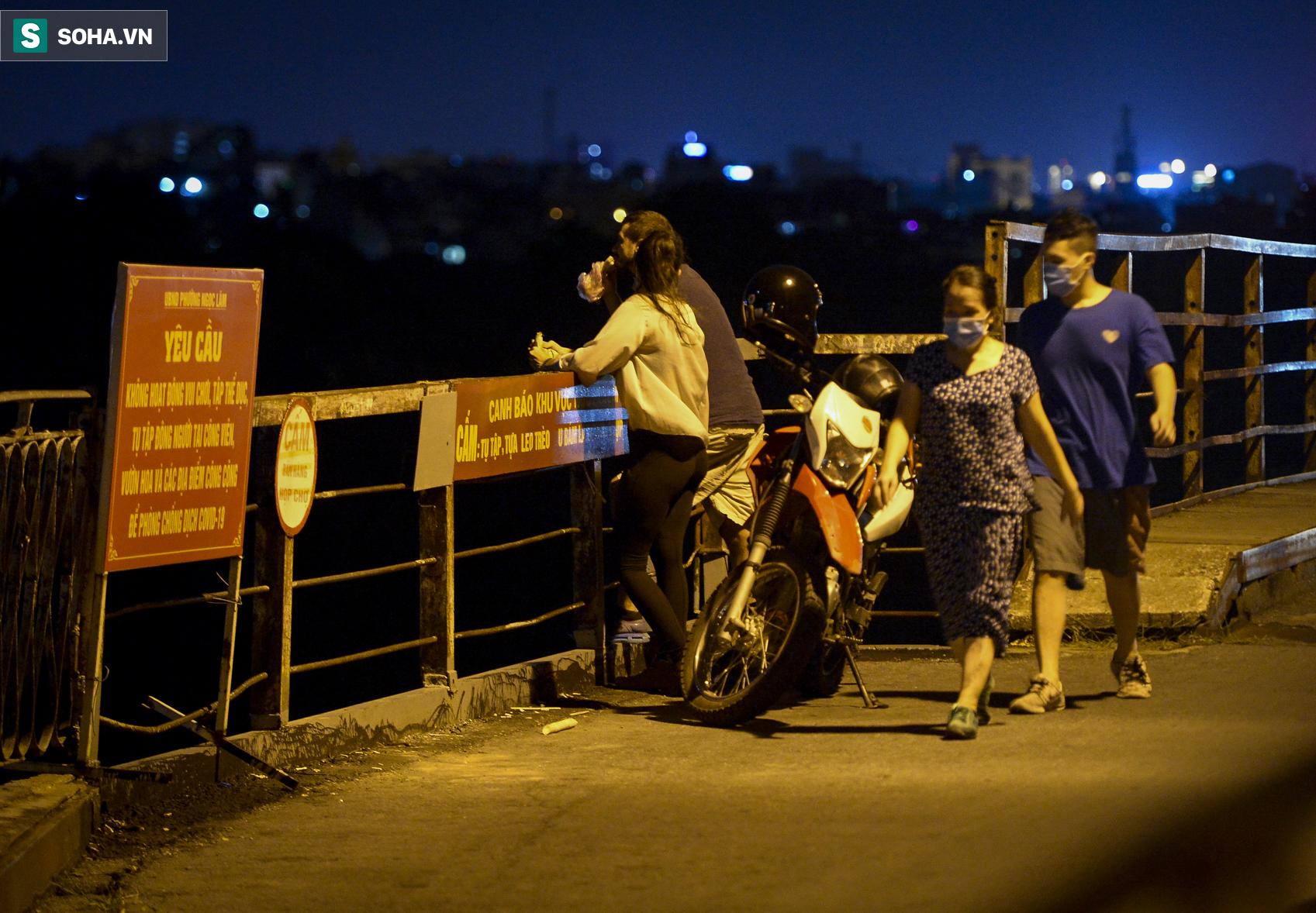 Hà Nội: Nam thanh nữ tú thản nhiên lên cầu Long Biên tâm sự, chụp ảnh, hóng mát bất chấp giãn cách xã hội - Ảnh 13.