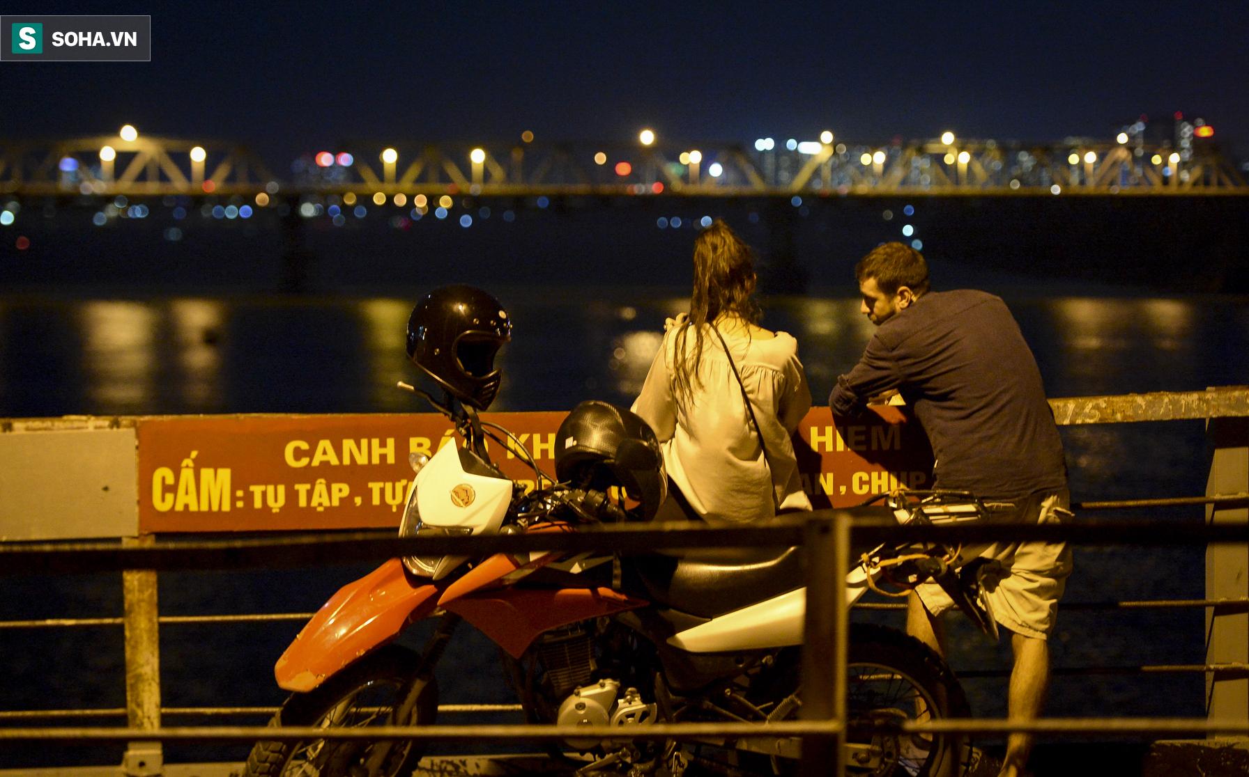 Hà Nội: Nam thanh nữ tú thản nhiên lên cầu Long Biên tâm sự, chụp ảnh, hóng mát bất chấp giãn cách xã hội - Ảnh 8.