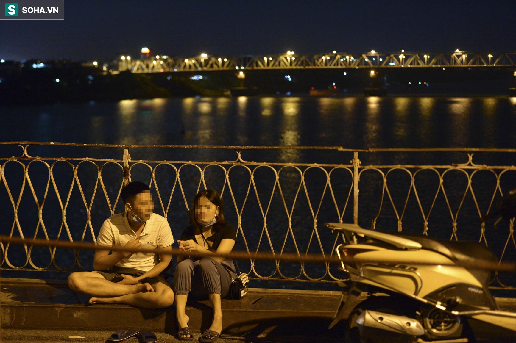 Hà Nội: Nam thanh nữ tú thản nhiên lên cầu Long Biên tâm sự, chụp ảnh, hóng mát bất chấp giãn cách xã hội - Ảnh 7.
