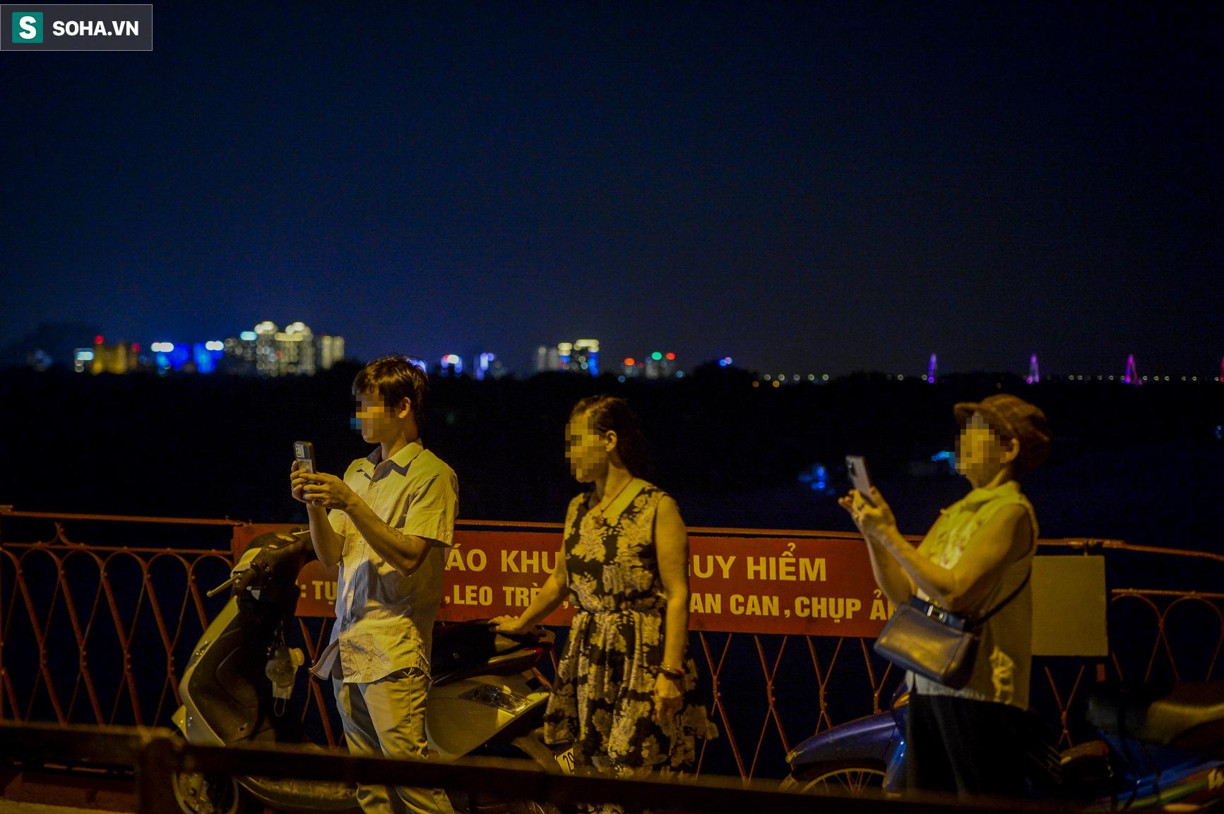 Hà Nội: Nam thanh nữ tú thản nhiên lên cầu Long Biên tâm sự, chụp ảnh, hóng mát bất chấp giãn cách xã hội - Ảnh 11.