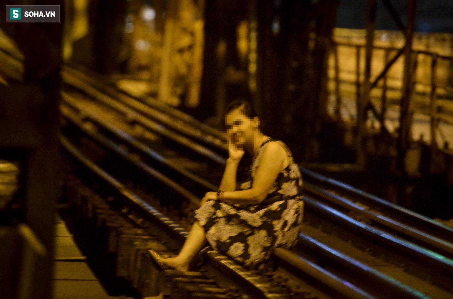 Hà Nội: Nam thanh nữ tú thản nhiên lên cầu Long Biên tâm sự, chụp ảnh, hóng mát bất chấp giãn cách xã hội - Ảnh 4.