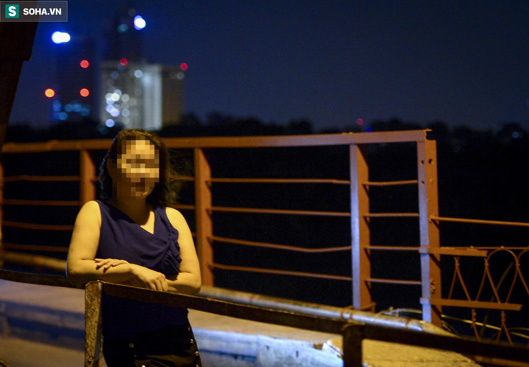 Hà Nội: Nam thanh nữ tú thản nhiên lên cầu Long Biên tâm sự, chụp ảnh, hóng mát bất chấp giãn cách xã hội - Ảnh 3.