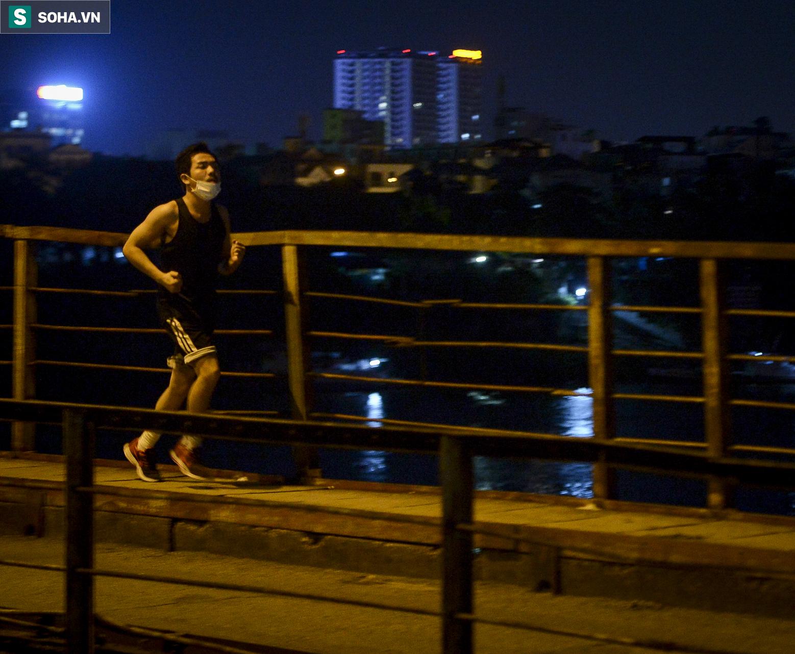 Hà Nội: Nam thanh nữ tú thản nhiên lên cầu Long Biên tâm sự, chụp ảnh, hóng mát bất chấp giãn cách xã hội - Ảnh 9.