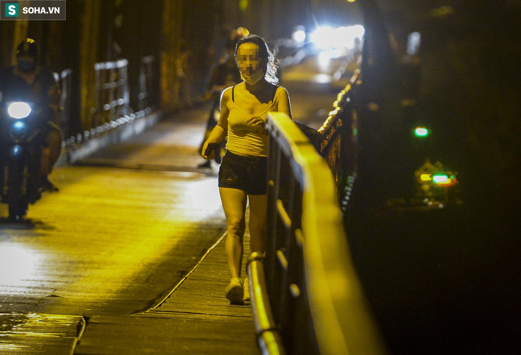 Hà Nội: Nam thanh nữ tú thản nhiên lên cầu Long Biên tâm sự, chụp ảnh, hóng mát bất chấp giãn cách xã hội - Ảnh 5.