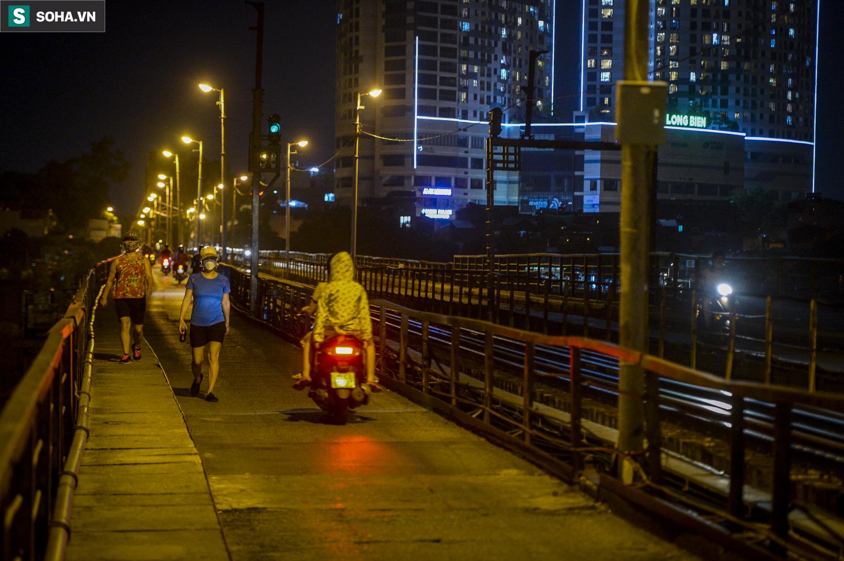 Hà Nội: Nam thanh nữ tú thản nhiên lên cầu Long Biên tâm sự, chụp ảnh, hóng mát bất chấp giãn cách xã hội - Ảnh 1.