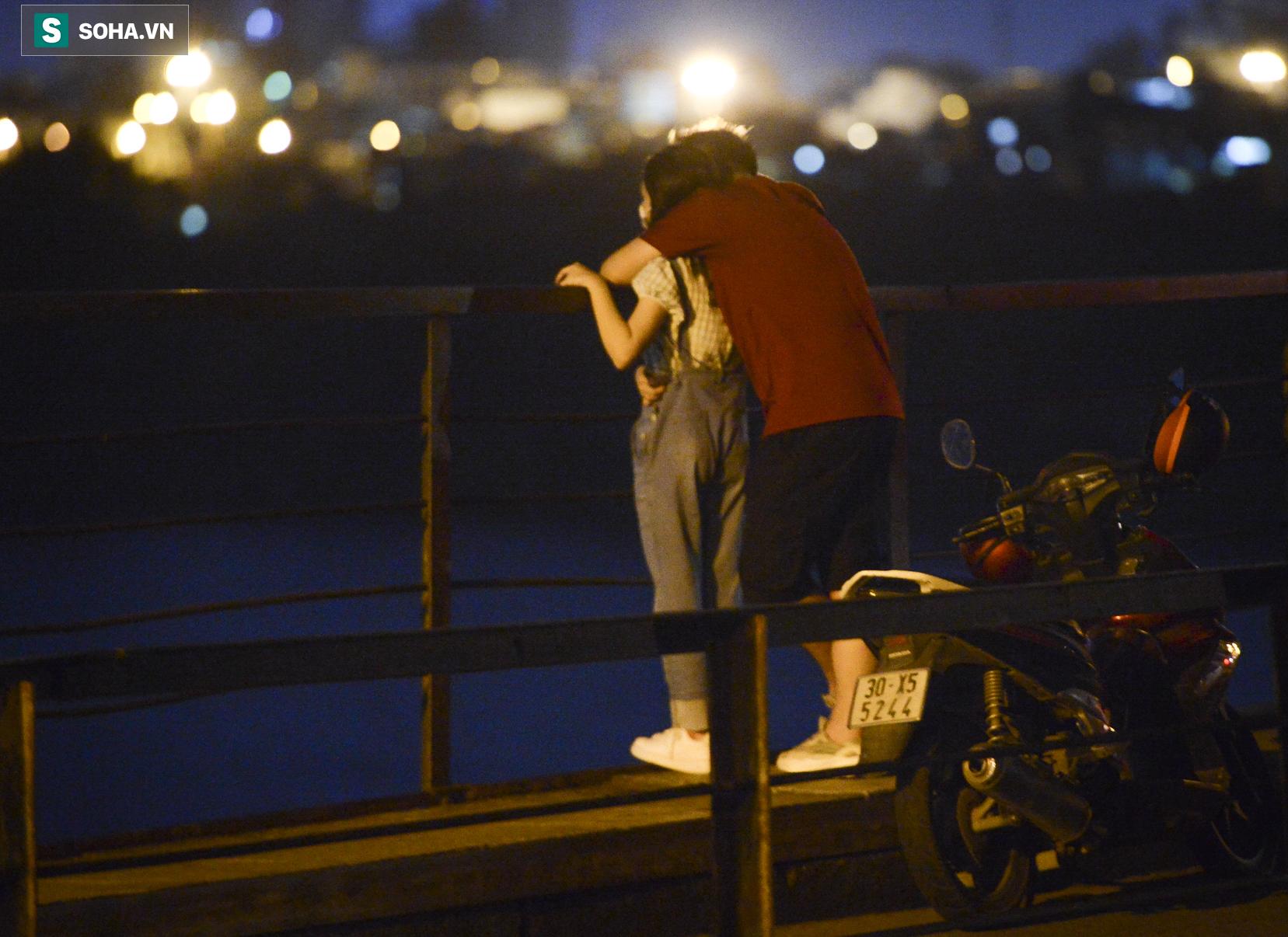 Hà Nội: Nam thanh nữ tú thản nhiên lên cầu Long Biên tâm sự, chụp ảnh, hóng mát bất chấp giãn cách xã hội - Ảnh 10.