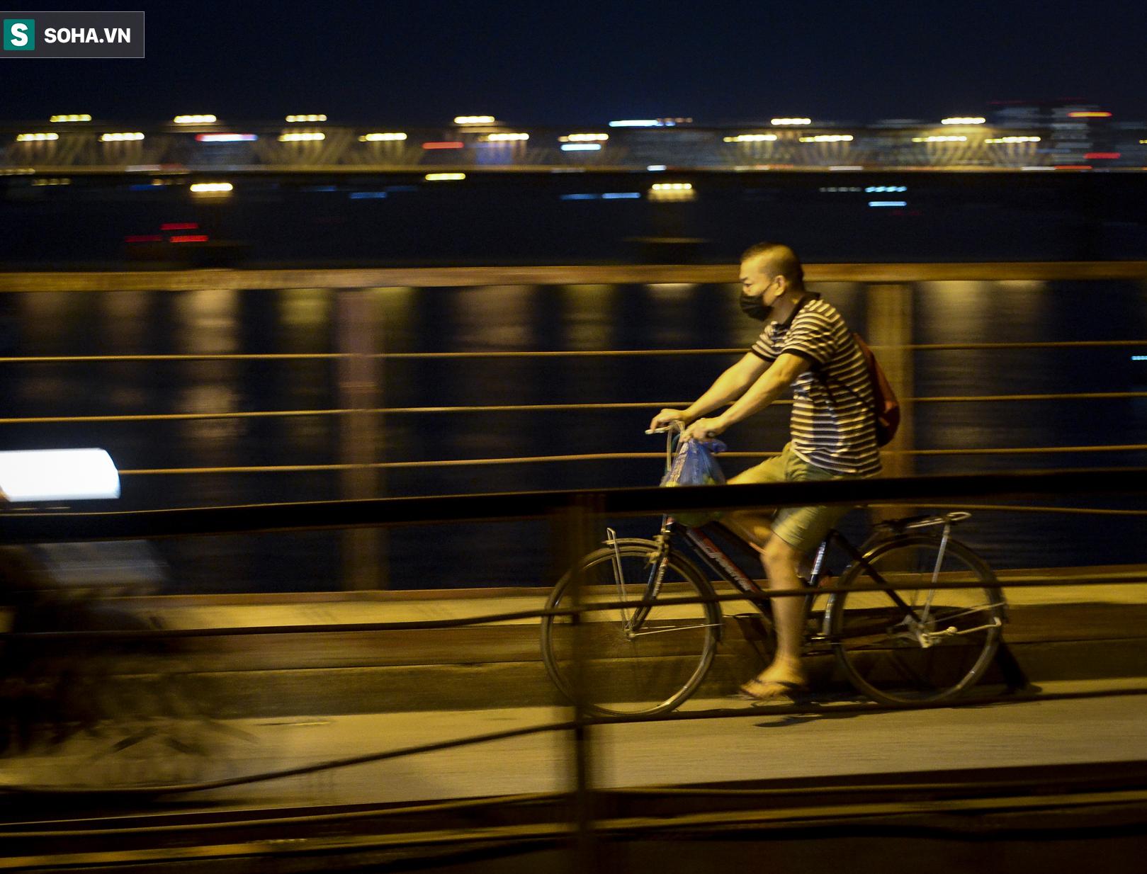 Hà Nội: Nam thanh nữ tú thản nhiên lên cầu Long Biên tâm sự, chụp ảnh, hóng mát bất chấp giãn cách xã hội - Ảnh 6.