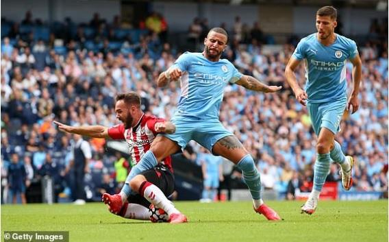 """Man City gây bất ngờ lớn trên sân nhà, Liverpool dễ dàng """"đè bẹp"""" đối thủ để vững ngôi đầu bảng - Ảnh 1."""