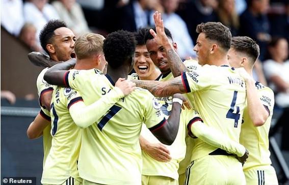 """Man City gây bất ngờ lớn trên sân nhà, Liverpool dễ dàng """"đè bẹp"""" đối thủ để vững ngôi đầu bảng - Ảnh 3."""
