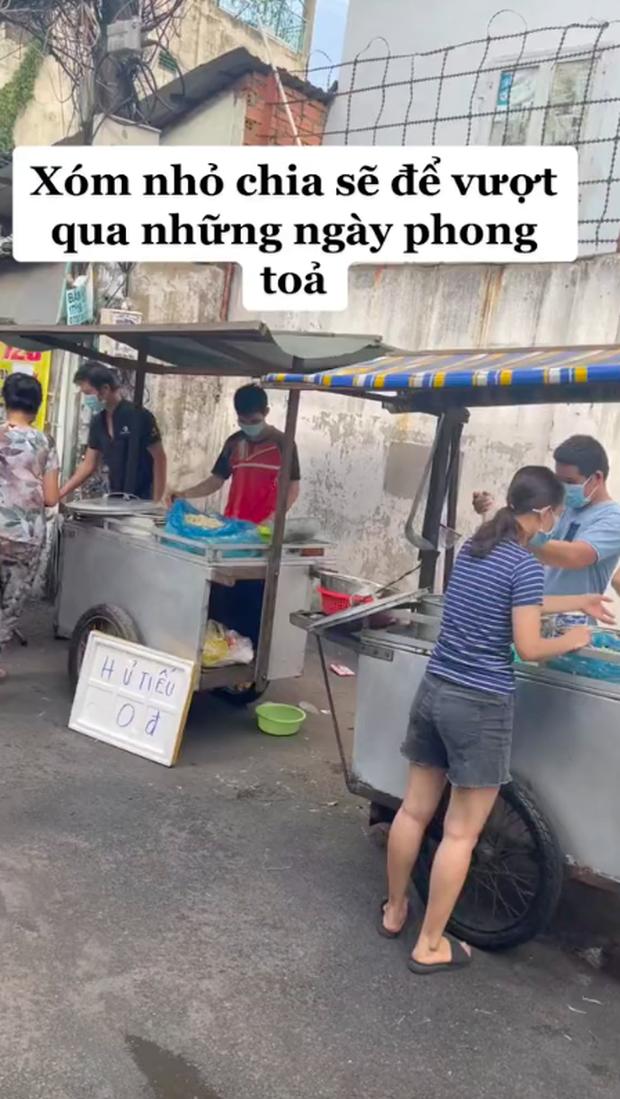 Xe hủ tiếu gõ đặc biệt nhất Sài Gòn, tấm biển nhỏ xíu nhưng đã tiết lộ chủ nhân của nó là người như thế nào - Ảnh 2.
