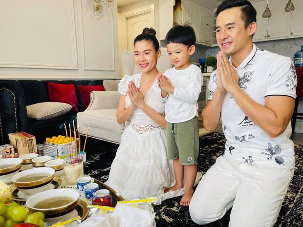 Showbiz Việt ngày Giỗ tổ sân khấu: Lý Hải - Khánh Vân và dàn sao Việt dâng lễ tại gia, Nam Thư muốn khóc vì tủi thân - Ảnh 21.