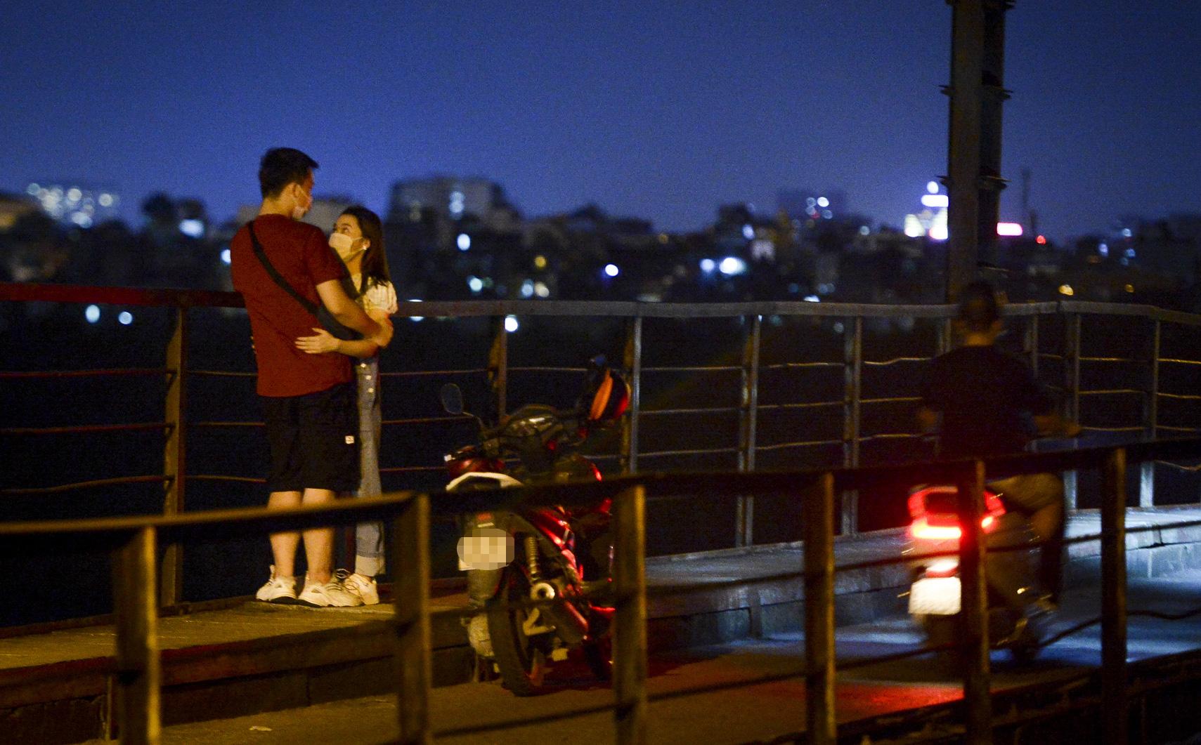 """Hà Nội: """"Nam thanh nữ tú"""" thản nhiên lên cầu Long Biên tâm sự, chụp ảnh, hóng mát bất chấp giãn cách xã hội"""