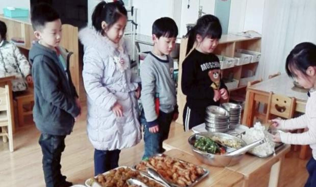 """Con trai kén ăn khen cơm ở trường ngon, mẹ tò mò đến xem thử, phát hiện sự thật """"ngã ngửa"""" - Ảnh 1."""