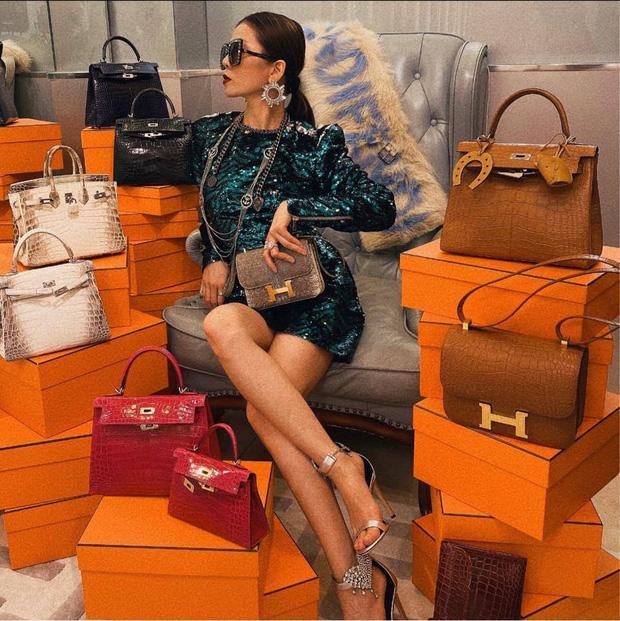 Lệ Quyên 1 mình ngồi giữa 10 chiếc túi Hermès, bộ đôi cá sấu bạch tạng siêu hiếm giá chục tỷ chiếm spotlight - Ảnh 1.