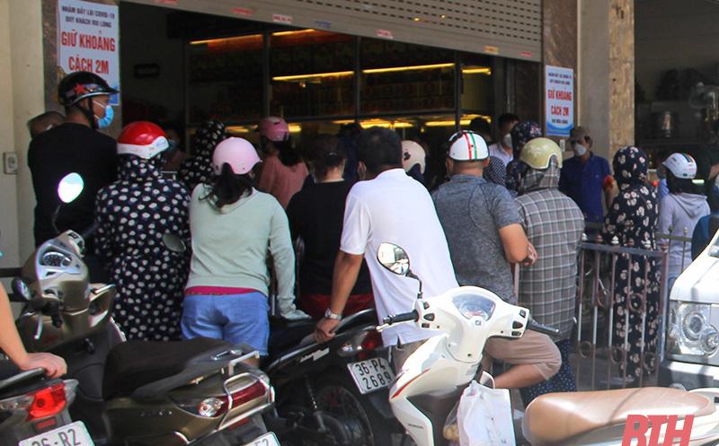 Công an đưa hàng rào tới phong tỏa tiệm bánh trung thu vì quá đông người chen chúc mua bánh