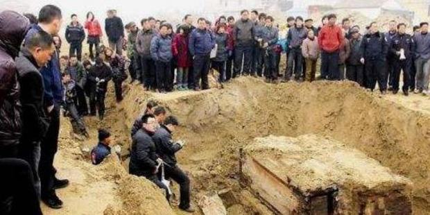 Thi hài còn nguyên vẹn trong mộ táng hơn 700 năm gây ngỡ ngàng, di vật trên tay hé lộ gia thế không hề tầm thường - Ảnh 1.