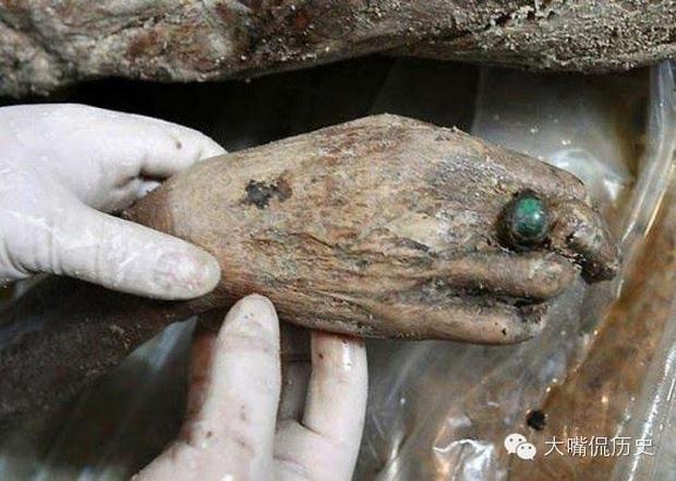 Thi hài còn nguyên vẹn trong mộ táng hơn 700 năm gây ngỡ ngàng, di vật trên tay hé lộ gia thế không hề tầm thường - Ảnh 6.