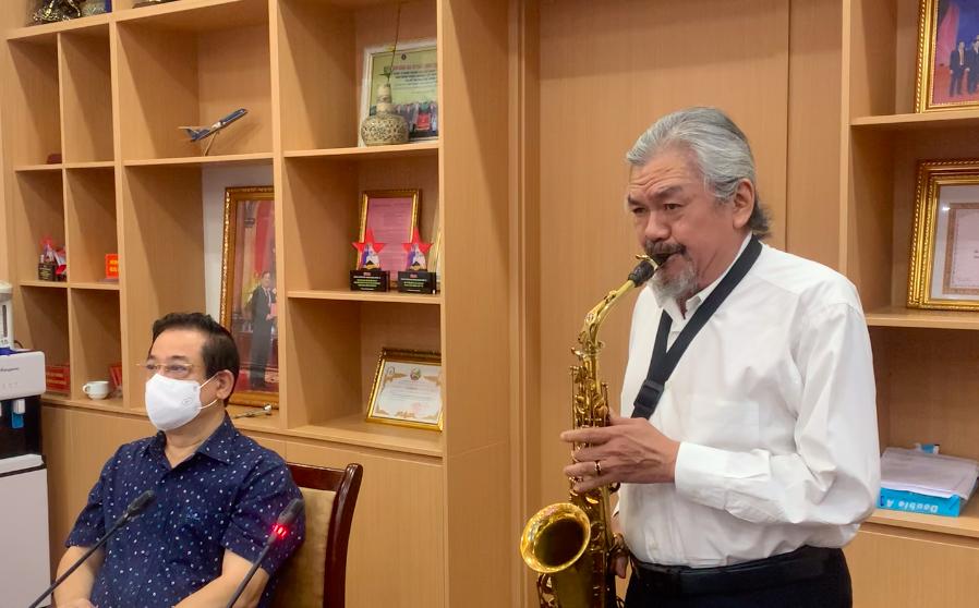 Nghệ sỹ Quyền Văn Minh thổi kèn saxophone tặng các bác sỹ tuyến đầu