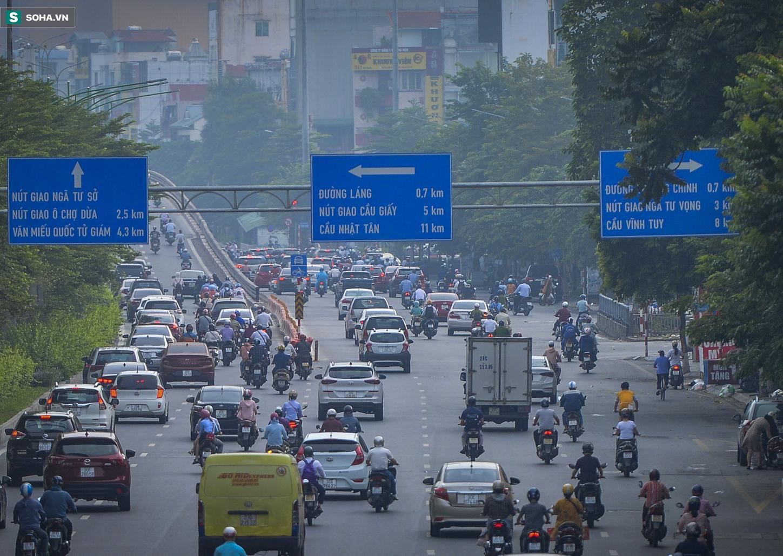 Ngày cuối giãn cách xã hội đợt 4, nhiều tuyến phố Hà Nội xe cộ tấp nập - Ảnh 1.