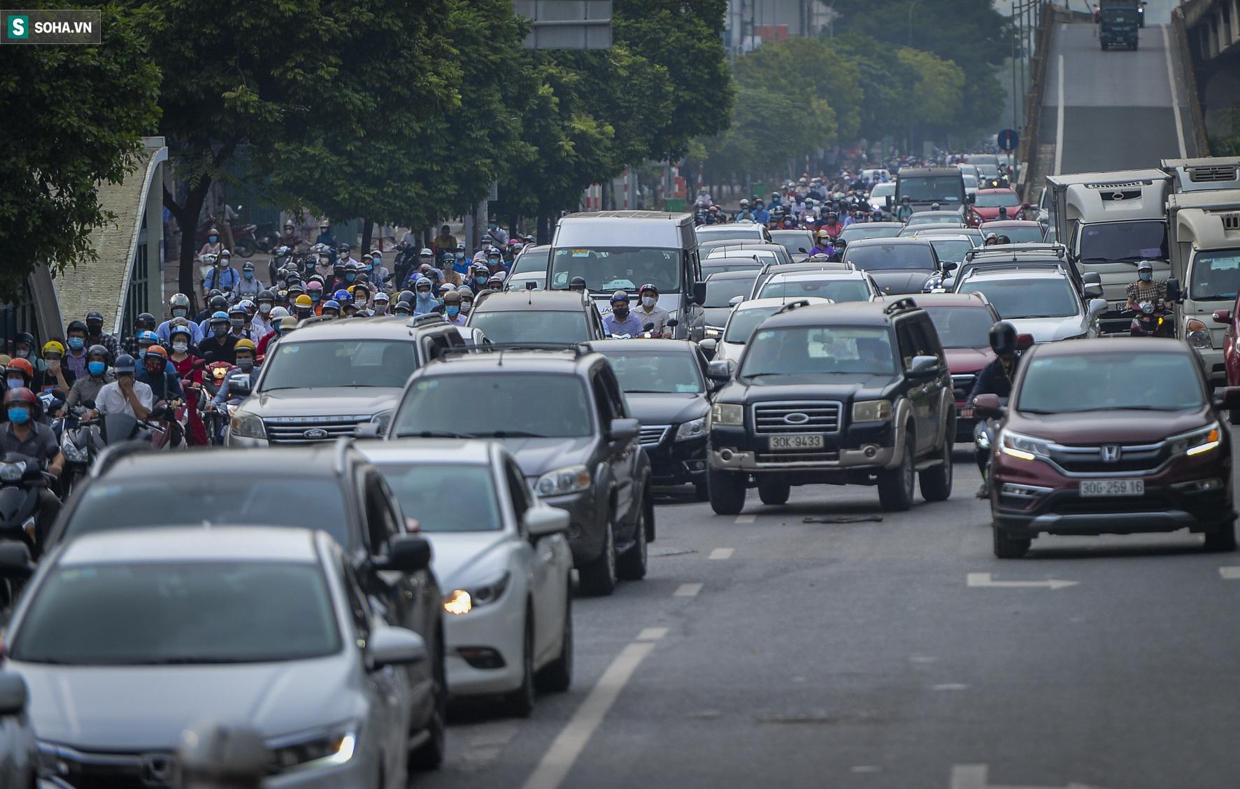 Ngày cuối giãn cách xã hội đợt 4, nhiều tuyến phố Hà Nội xe cộ tấp nập - Ảnh 8.