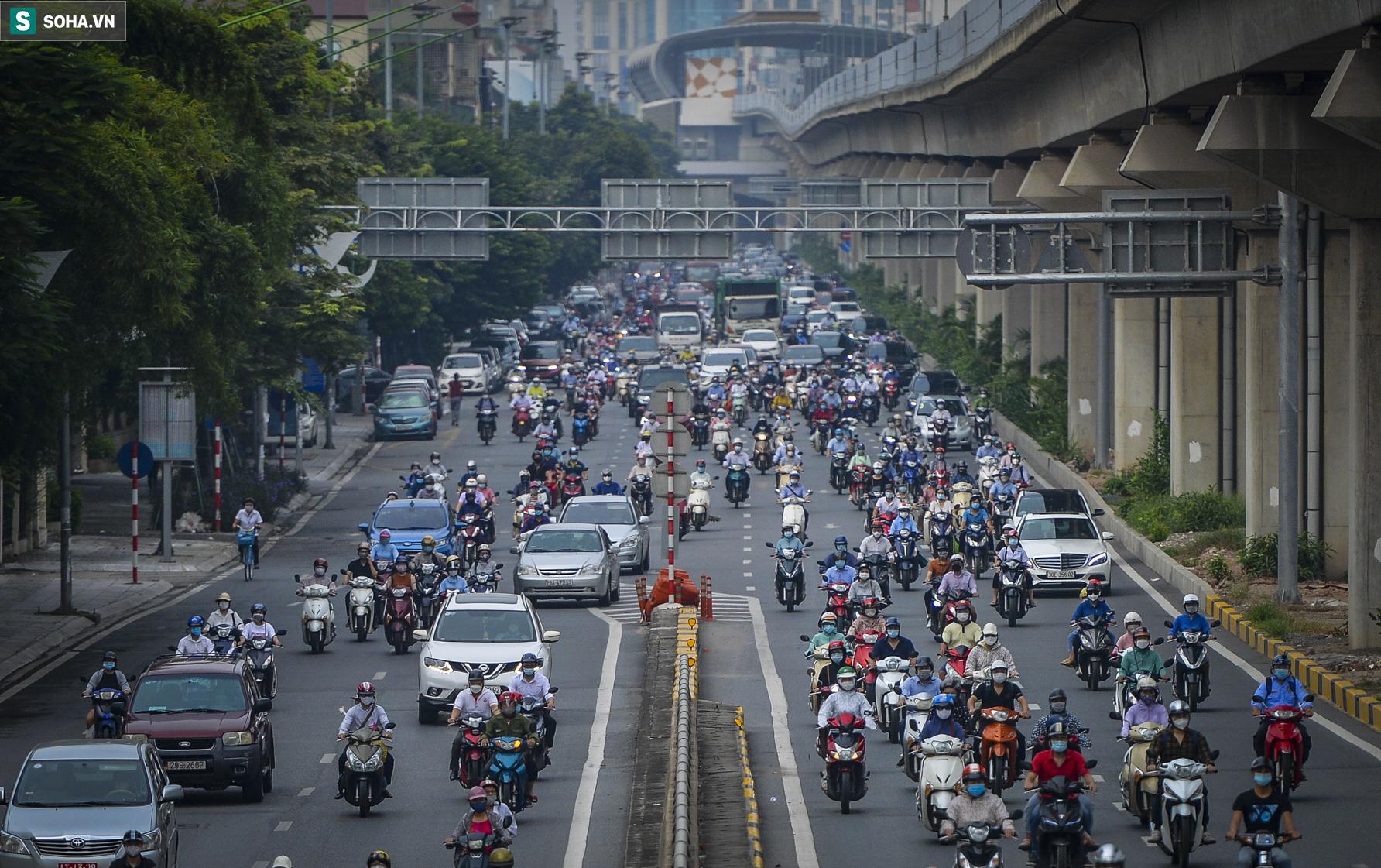 Ngày cuối giãn cách xã hội đợt 4, nhiều tuyến phố Hà Nội xe cộ tấp nập - Ảnh 2.