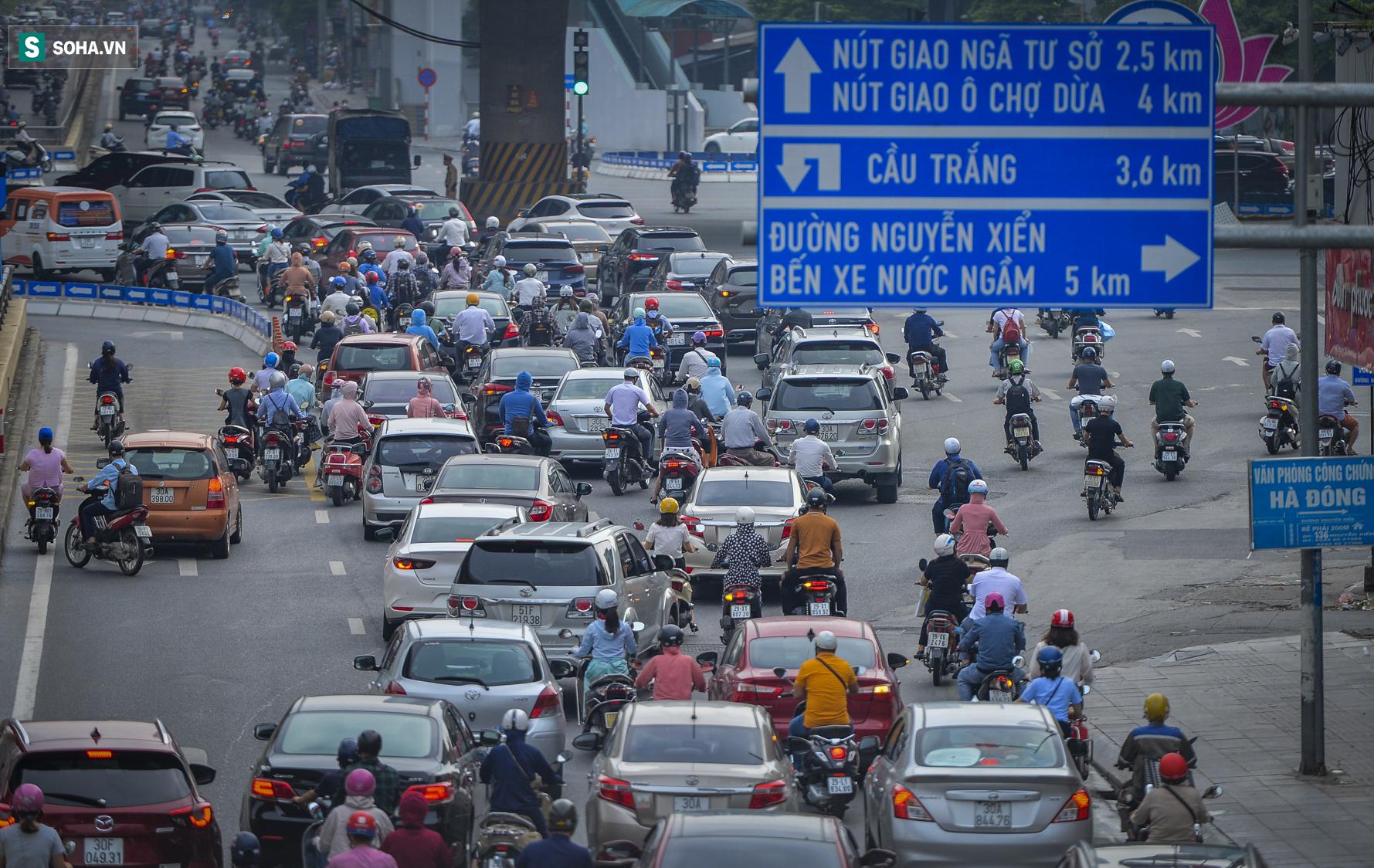 Ngày cuối giãn cách xã hội đợt 4, nhiều tuyến phố Hà Nội xe cộ tấp nập - Ảnh 9.
