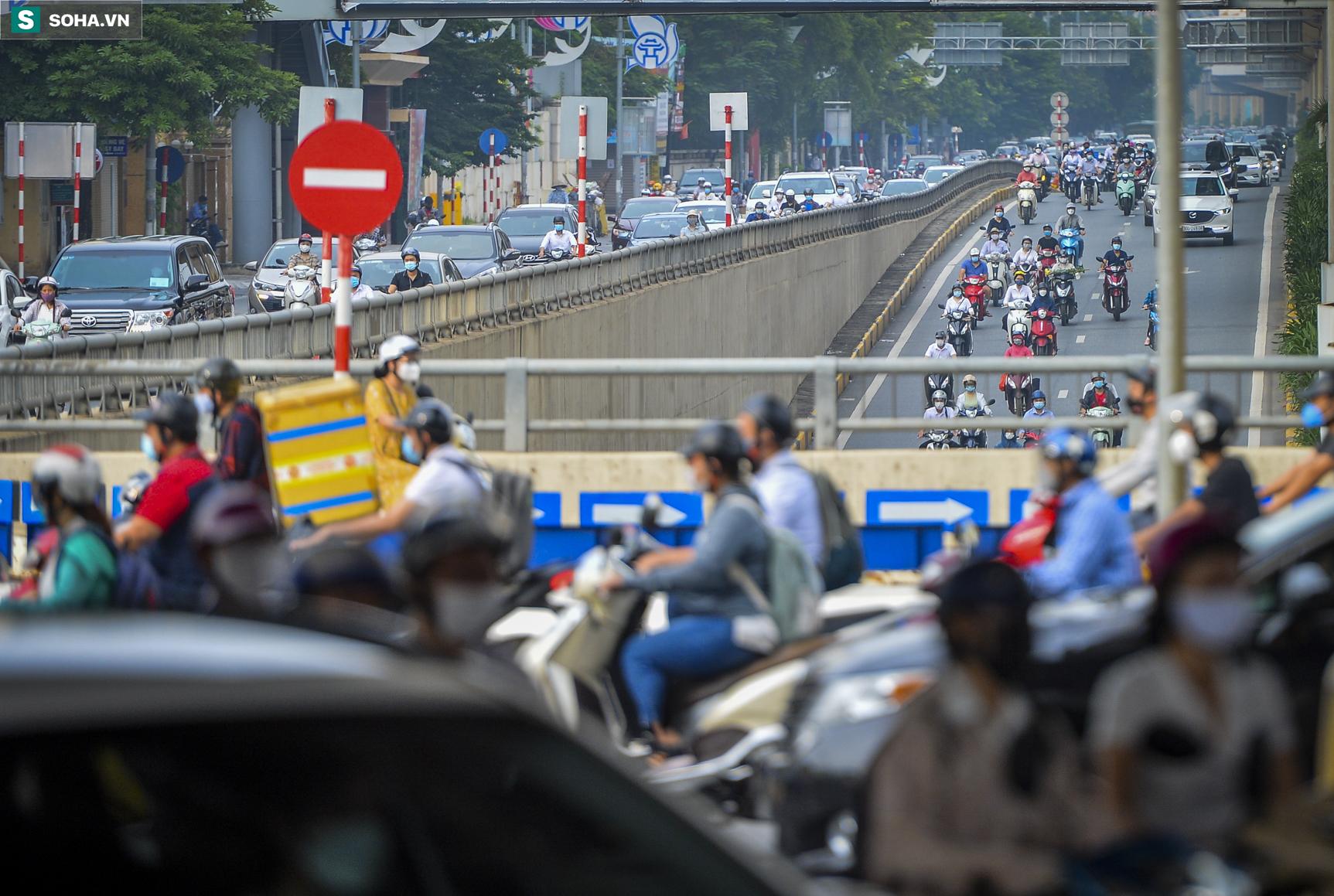 Ngày cuối giãn cách xã hội đợt 4, nhiều tuyến phố Hà Nội xe cộ tấp nập - Ảnh 10.