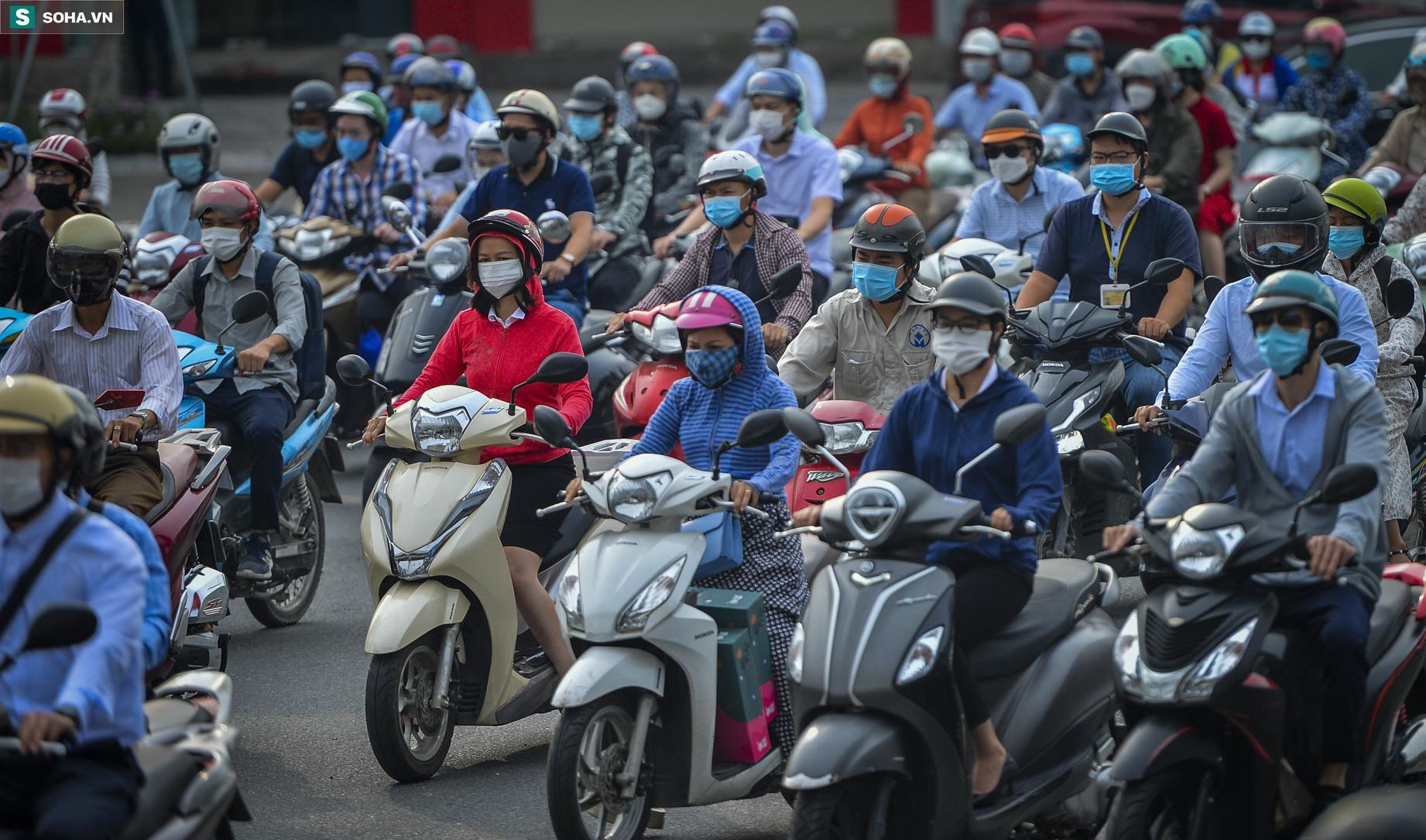 Ngày cuối giãn cách xã hội đợt 4, nhiều tuyến phố Hà Nội xe cộ tấp nập - Ảnh 5.