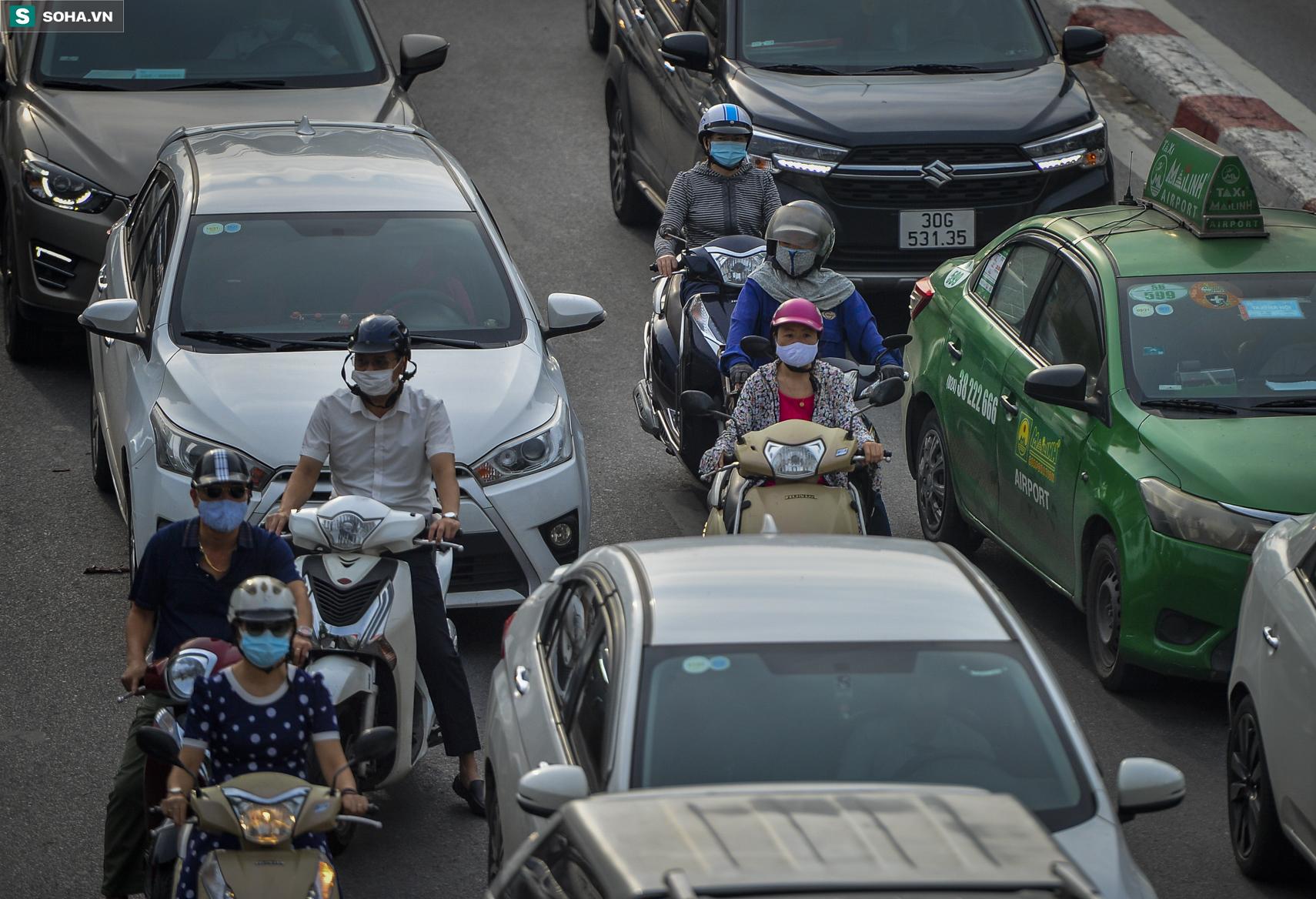 Ngày cuối giãn cách xã hội đợt 4, nhiều tuyến phố Hà Nội xe cộ tấp nập - Ảnh 4.