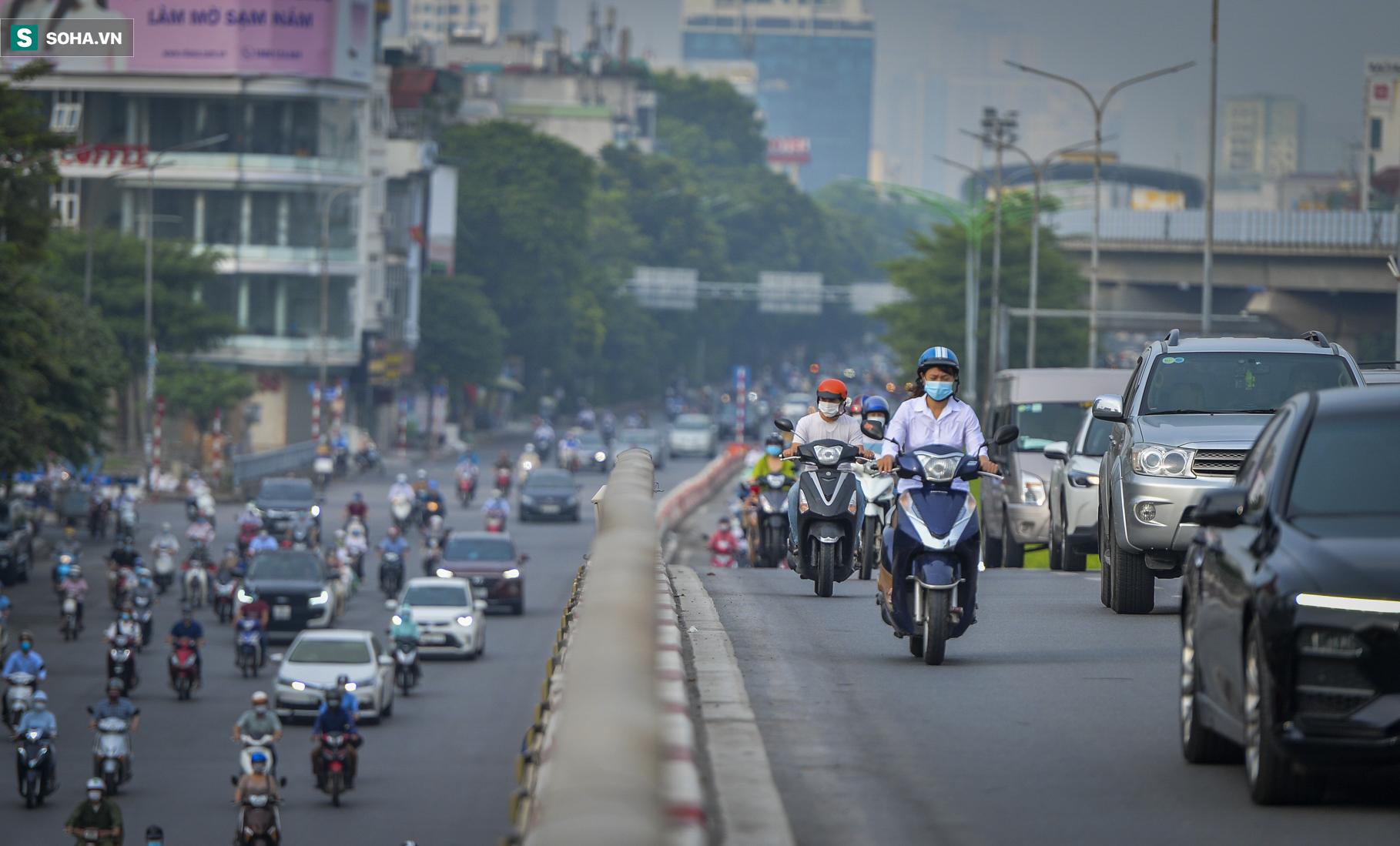 Ngày cuối giãn cách xã hội đợt 4, nhiều tuyến phố Hà Nội xe cộ tấp nập - Ảnh 7.