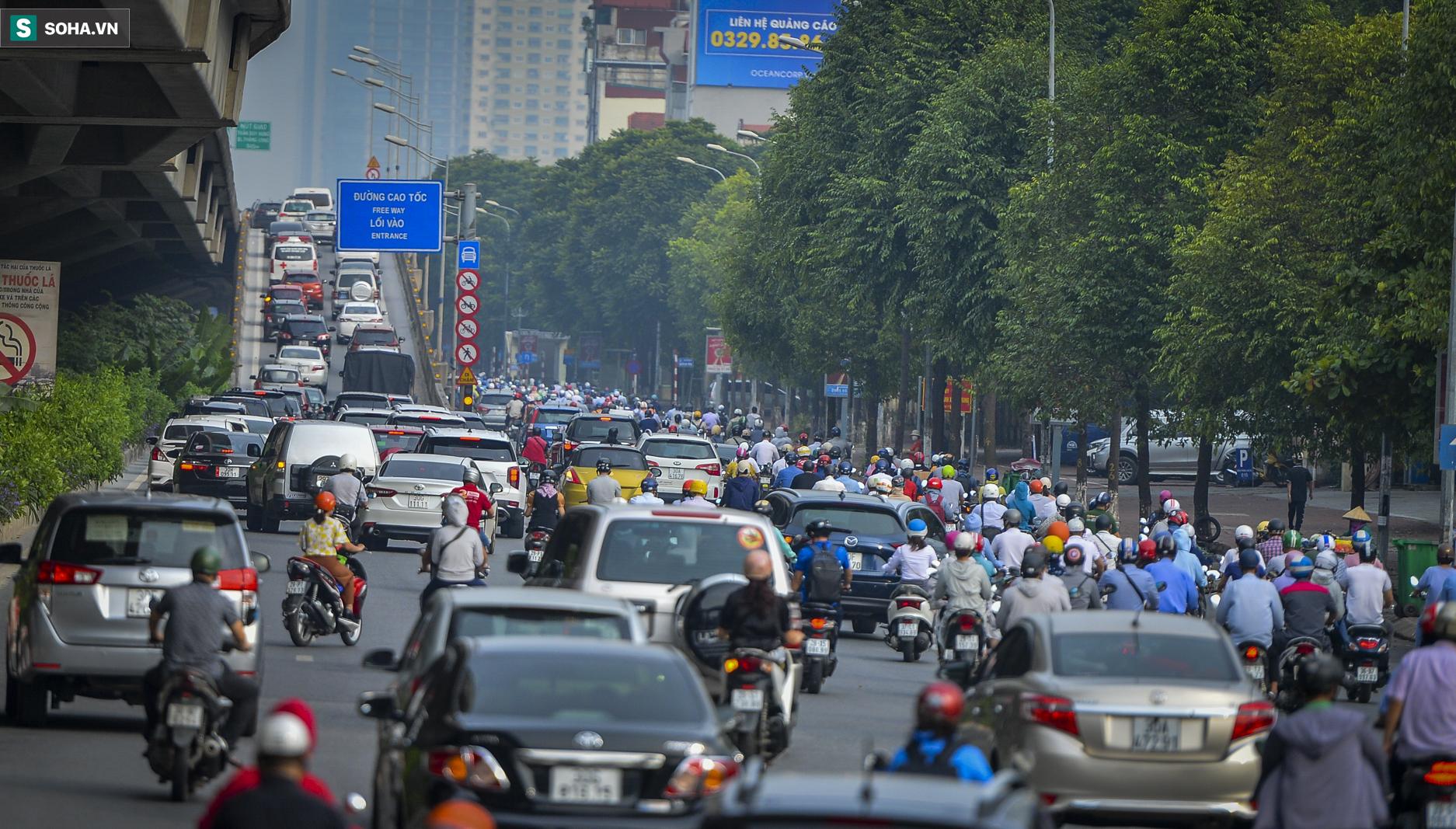 Ngày cuối giãn cách xã hội đợt 4, nhiều tuyến phố Hà Nội xe cộ tấp nập - Ảnh 6.