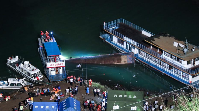 Lật tàu trên sông ở Trung Quốc, ít nhất 10 người tử vong, nhiều người mất tích - Ảnh 1.