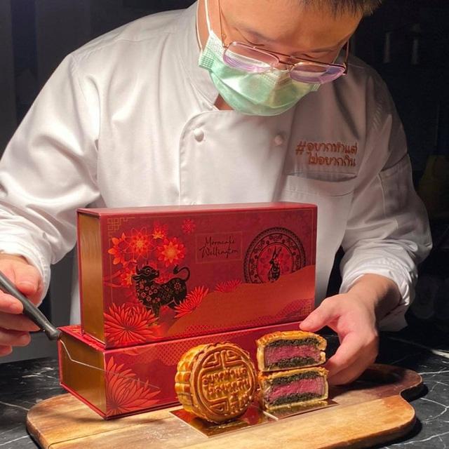 Chiếc bánh Trung thu sặc mùi tiền, đỉnh nhất năm 2021: Nhân bánh toàn nguyên liệu xịn của giới nhà giàu, nhìn xong ai cũng trầm trồ - Ảnh 1.