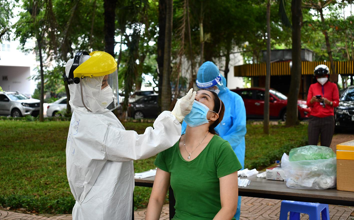 Hà Nội: Một phụ nữ đã nghỉ làm ở nhà 2 tháng, thi thoảng đi chợ, đi siêu thị dương tính với SARS-CoV-2
