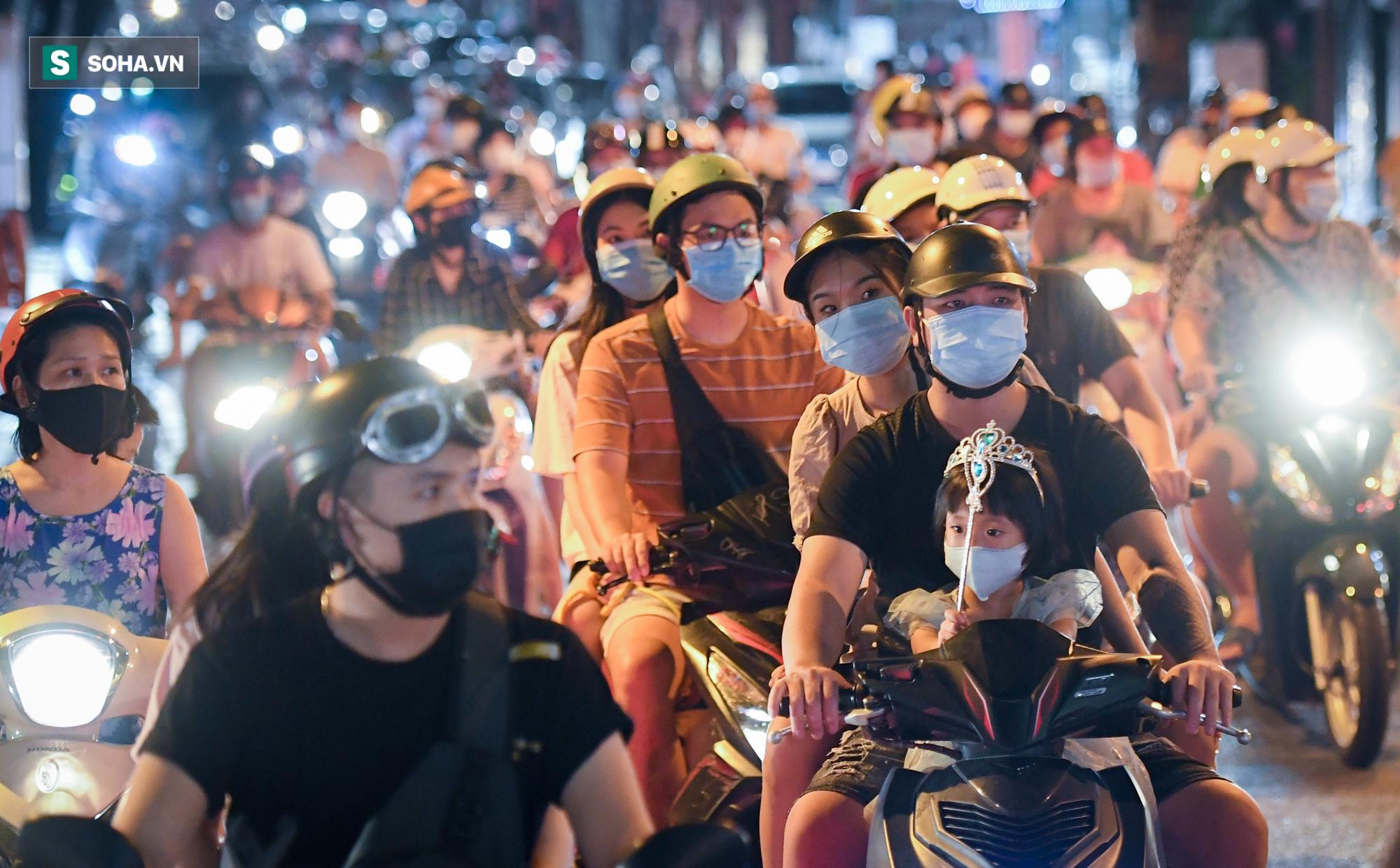 Dòng xe đông như hội nối đuôi nhau trên nhiều tuyến phố trung tâm thủ đô đêm Trung thu - Ảnh 2.