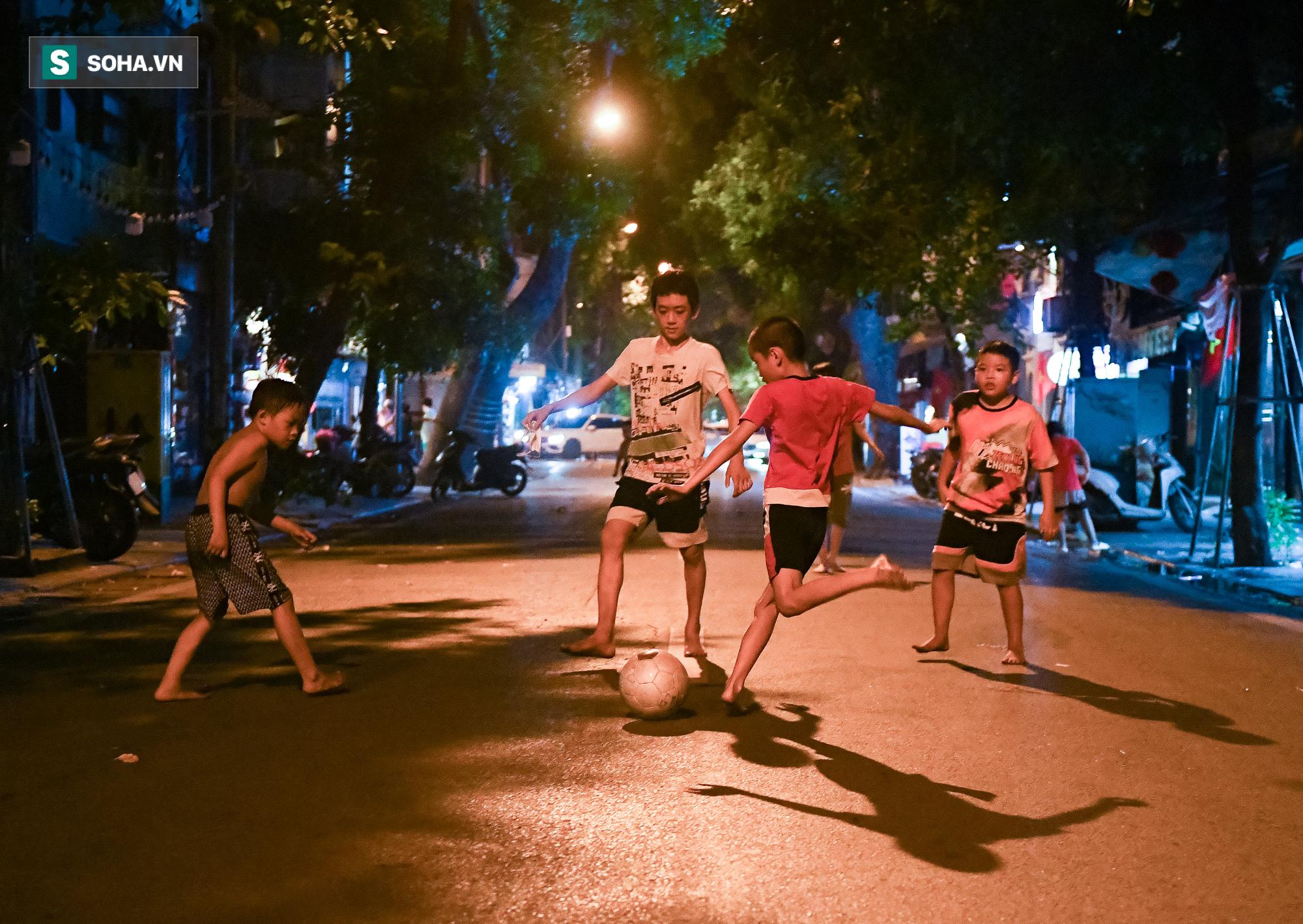 Dòng xe đông như hội nối đuôi nhau trên nhiều tuyến phố trung tâm thủ đô đêm Trung thu - Ảnh 6.
