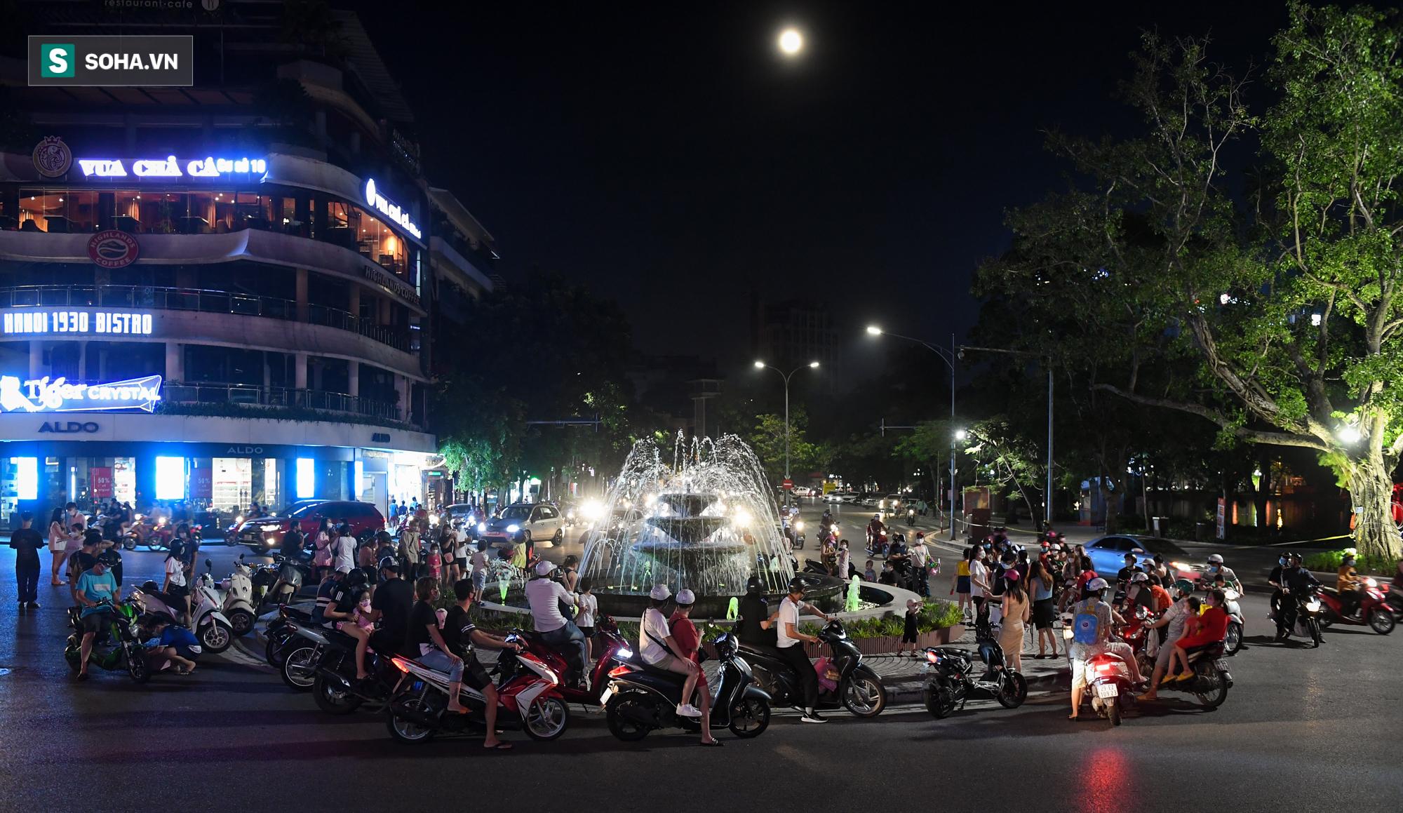 Dòng xe đông như hội nối đuôi nhau trên nhiều tuyến phố trung tâm thủ đô đêm Trung thu - Ảnh 7.