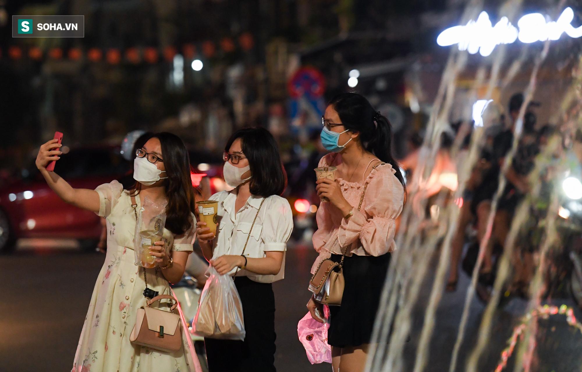 Dòng xe đông như hội nối đuôi nhau trên nhiều tuyến phố trung tâm thủ đô đêm Trung thu - Ảnh 8.
