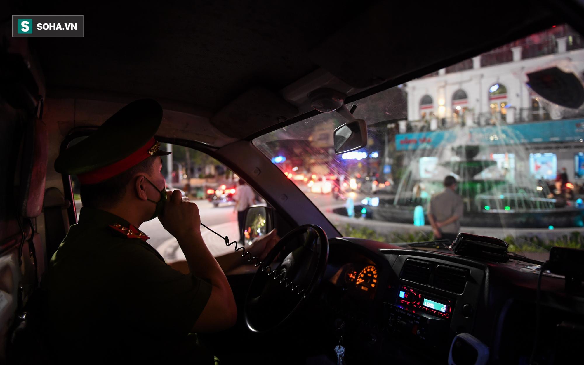 Dòng xe đông như hội nối đuôi nhau trên nhiều tuyến phố trung tâm thủ đô đêm Trung thu - Ảnh 10.