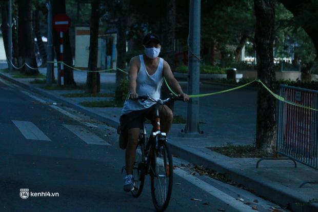 Hà Nội: Sáng sớm 21/9, nhiều người vẫn  ra đường tập thể dục dù quy định mới chưa cho phép - Ảnh 1.