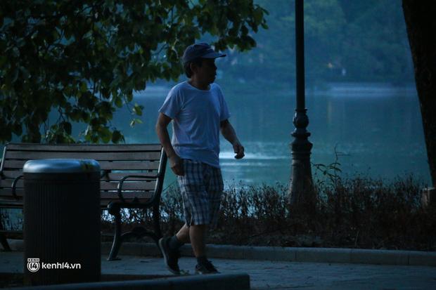Hà Nội: Sáng sớm 21/9, nhiều người vẫn  ra đường tập thể dục dù quy định mới chưa cho phép - Ảnh 2.