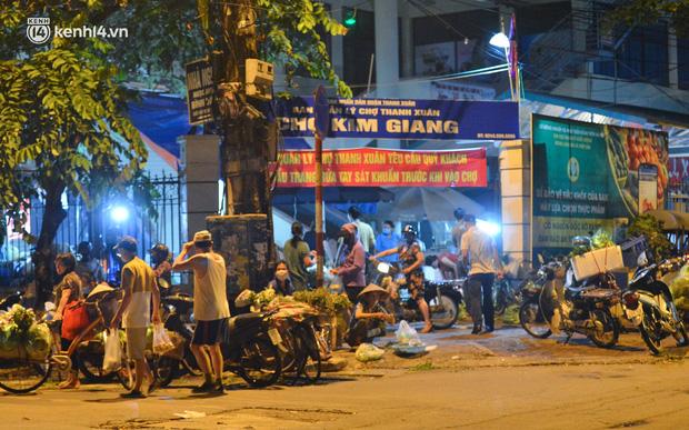 Ảnh: Hà Nội vừa nới lỏng giãn cách xã hội, người dân ra đường từ tờ mờ sáng, chợ dân sinh tấp nập người mua kẻ bán - Ảnh 1.