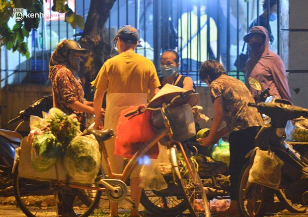 Ảnh: Hà Nội vừa nới lỏng giãn cách xã hội, người dân ra đường từ tờ mờ sáng, chợ dân sinh tấp nập người mua kẻ bán - Ảnh 2.