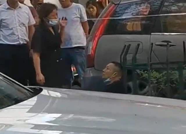 Bị vợ trẻ cắm sừng, chồng già chặn ô tô, điên cuồng đâm thanh niên ngay trước mặt vợ - Ảnh 1.