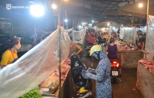 Ảnh: Hà Nội vừa nới lỏng giãn cách xã hội, người dân ra đường từ tờ mờ sáng, chợ dân sinh tấp nập người mua kẻ bán - Ảnh 15.