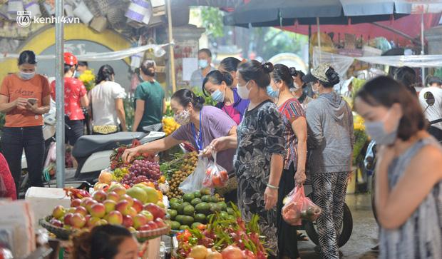 Ảnh: Hà Nội vừa nới lỏng giãn cách xã hội, người dân ra đường từ tờ mờ sáng, chợ dân sinh tấp nập người mua kẻ bán - Ảnh 17.