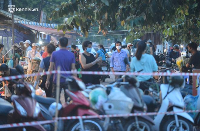 Ảnh: Hà Nội vừa nới lỏng giãn cách xã hội, người dân ra đường từ tờ mờ sáng, chợ dân sinh tấp nập người mua kẻ bán - Ảnh 4.